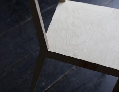 Chaise contre plaquée