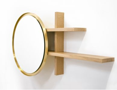 Miroir Sunset, miroir glissé vers la gauche grâce à un système coulissant dissimulé dans les étagères en chêne